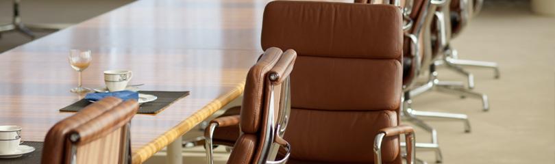 Ein leerer Sessel in einem Sitzungssaal