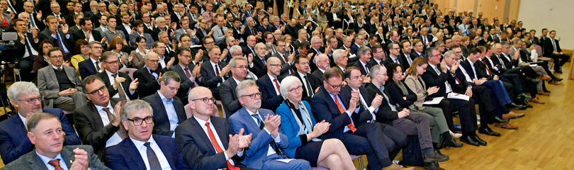 Gäste sitzen während der Mitgliederversammlung in einem großen Sitzungssaal
