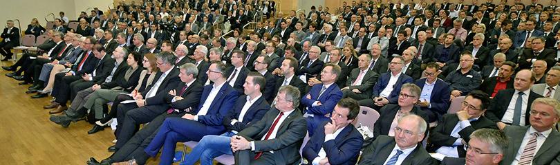 Die Gäste der Mitgliederversammlung sitzen in einem großen Saal