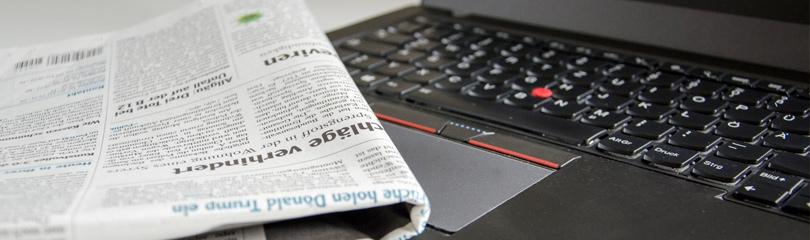 Zeitung und Laptop