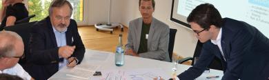 Angeregte Diskussionen an einem Thementisch zwischen Kommunen und Startups