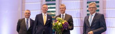 Steffen Jäger nach der Wahl zum Vizepräsidenten mit Blumenstrauß