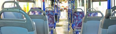 Innenbereich eines Stadtbusses mit leeren Sitzplätzen